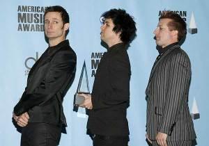 Green Day posa con su galardón en los AMA